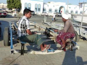 19-UAE_Fujairah_Hafen_2Männer_Bildgröße ändern