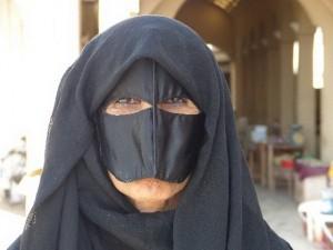54-OM_Frau mit Maske_Bildgröße ändern